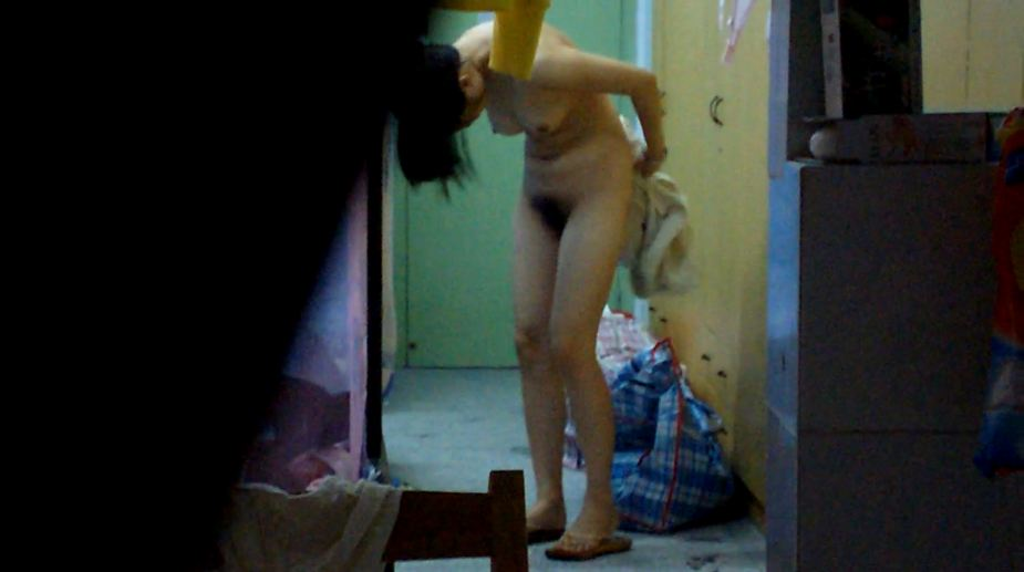 開けっ放しの窓から部屋で裸の素人さんを覗く (13)