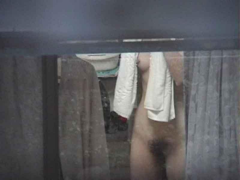 開けっ放しの窓から部屋で裸の素人さんを覗く (10)