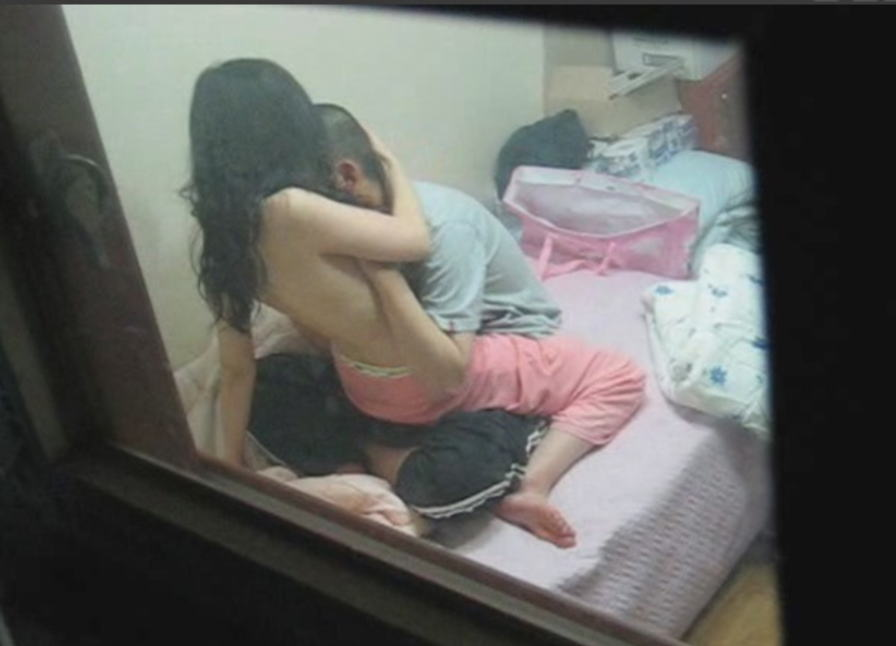 部屋でSEXしてる素人さんを覗き見 (13)