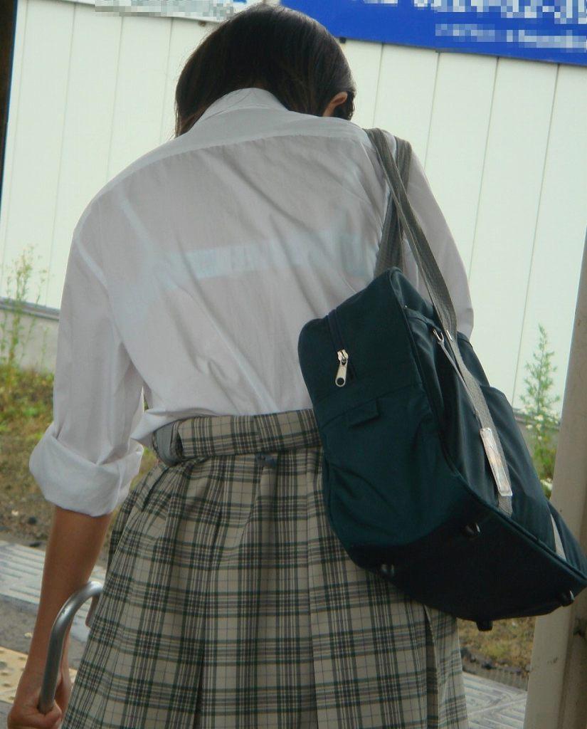 白い服から白い下着が透けてる素人さん (19)