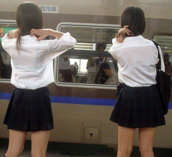 白い服から白い下着が透けてる素人さん (6)