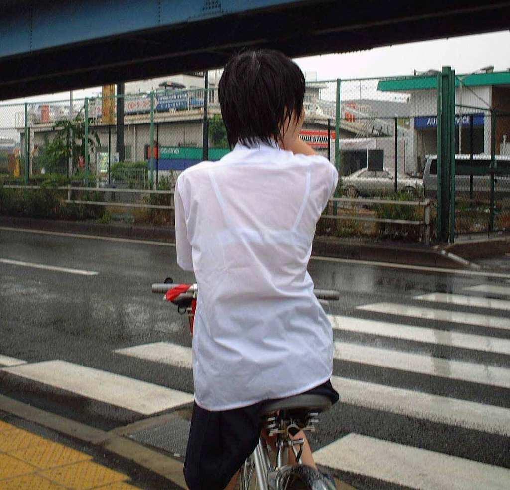 白い服から白い下着が透けてる素人さん (18)