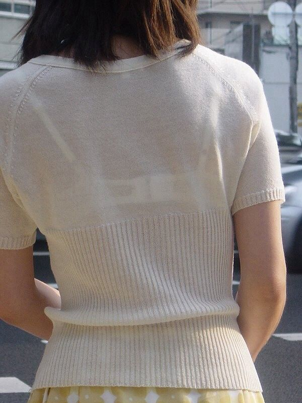 白い服から白い下着が透けてる素人さん (9)