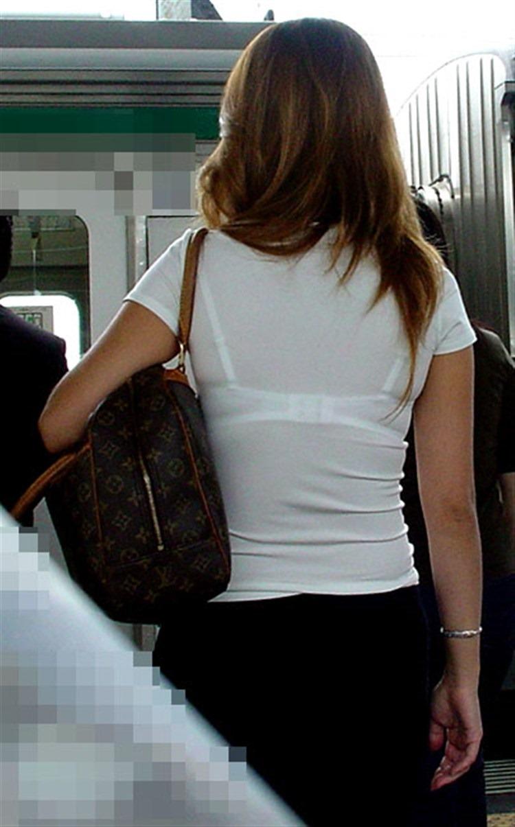 白い服から白い下着が透けてる素人さん (7)