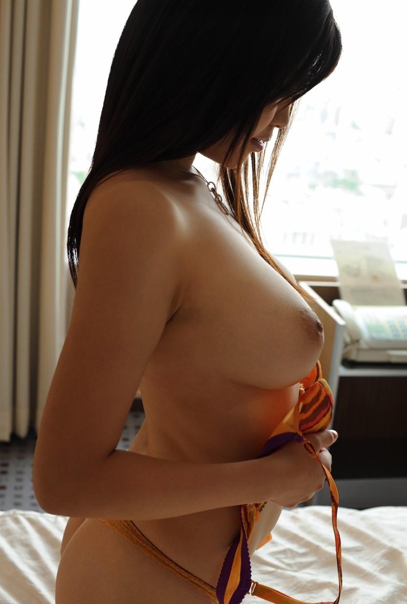 横から眺める美しい乳房 (17)