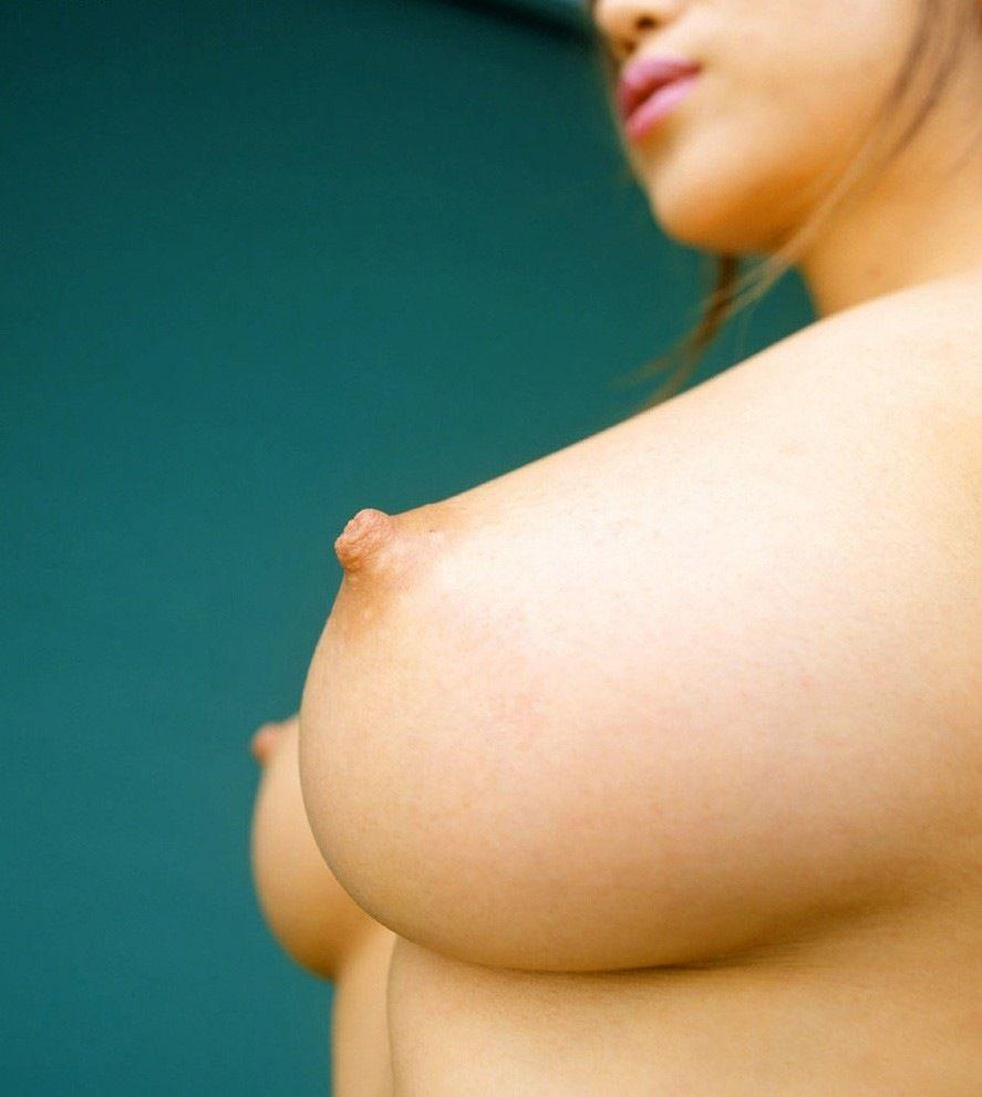横から眺める美しい乳房 (16)
