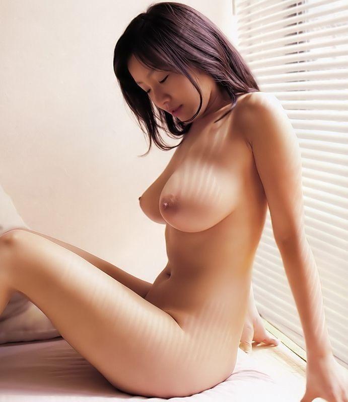 横から眺める美しい乳房 (2)