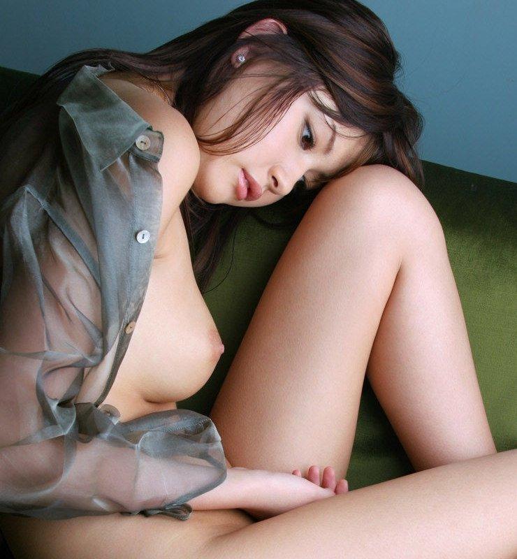 横から眺める美しい乳房 (1)