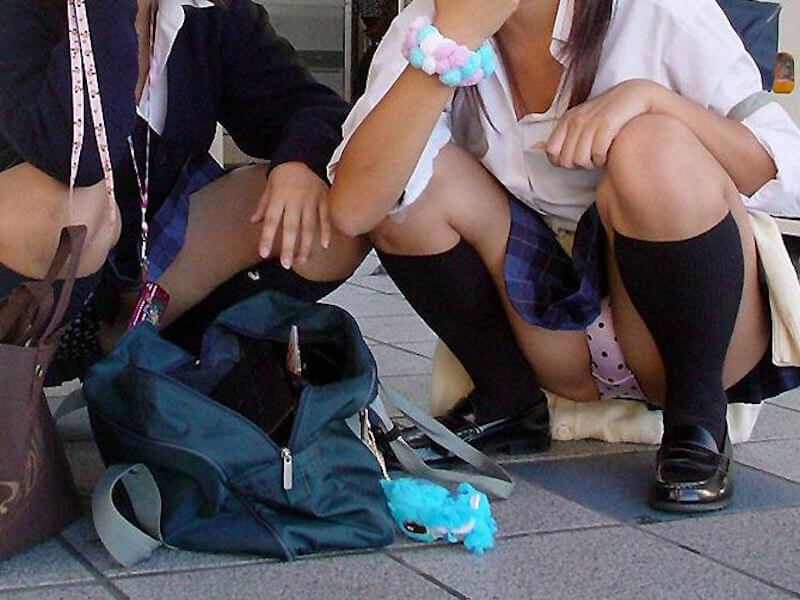 座ると見える女の子の下着 (20)