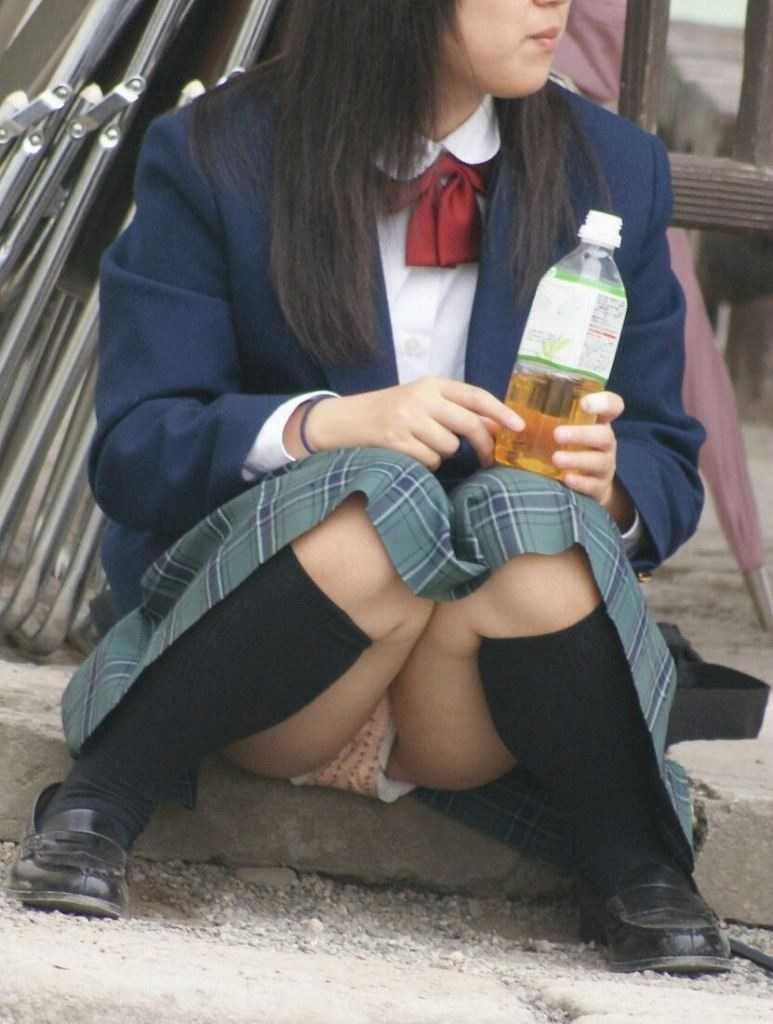 座ると見える女の子の下着 (12)