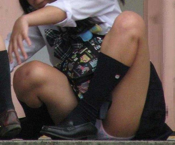 座ると見える女の子の下着 (10)