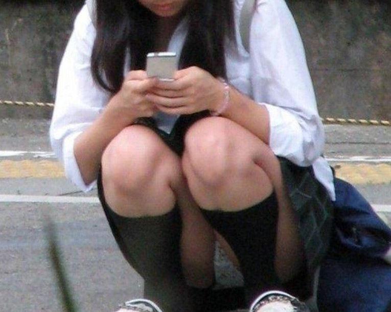 座ると見える女の子の下着 (14)