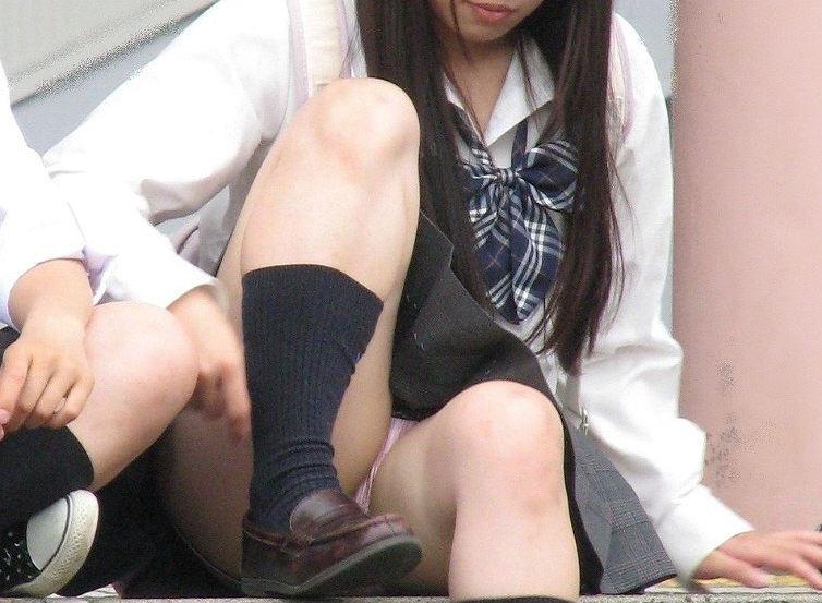 座ると見える女の子の下着 (19)