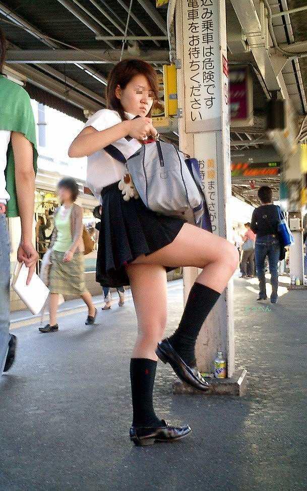 無防備に脚を上げたら下着が見えちゃった素人さん (9)