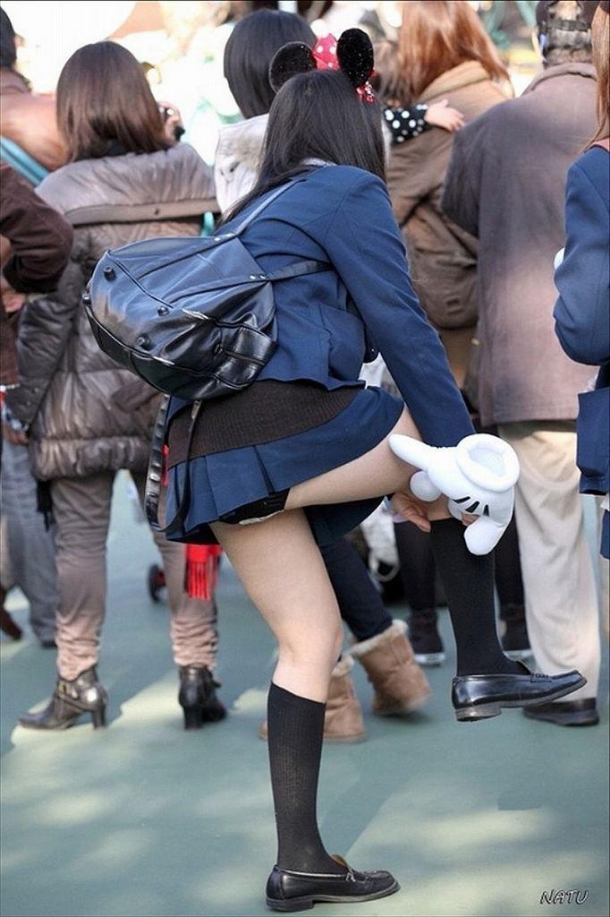 無防備に脚を上げたら下着が見えちゃった素人さん (12)
