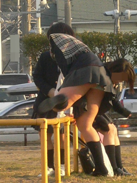無防備に脚を上げたら下着が見えちゃった素人さん (5)