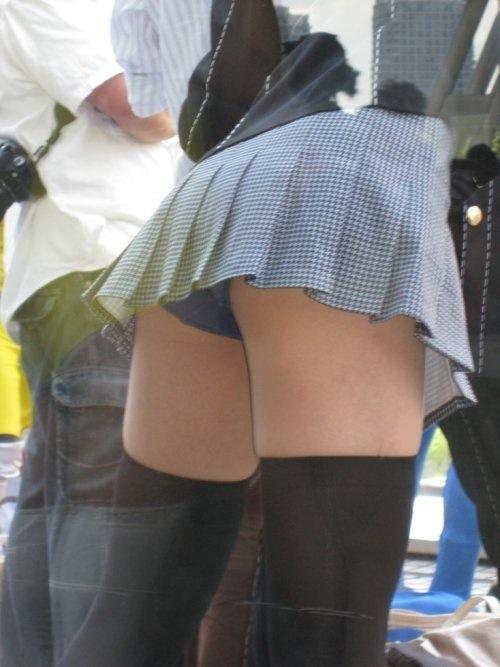 スカートが上がって下着が丸見え (10)