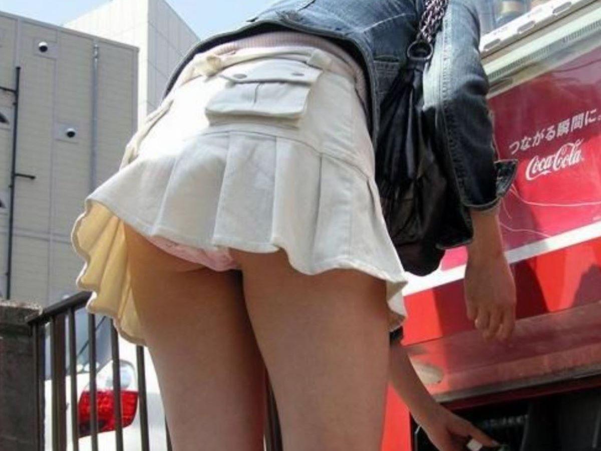 スカートが上がって下着が丸見え (4)