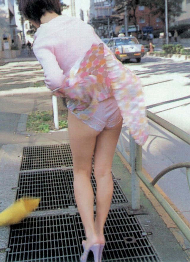 強風で下着がモロ見えになっちゃった素人さん (13)
