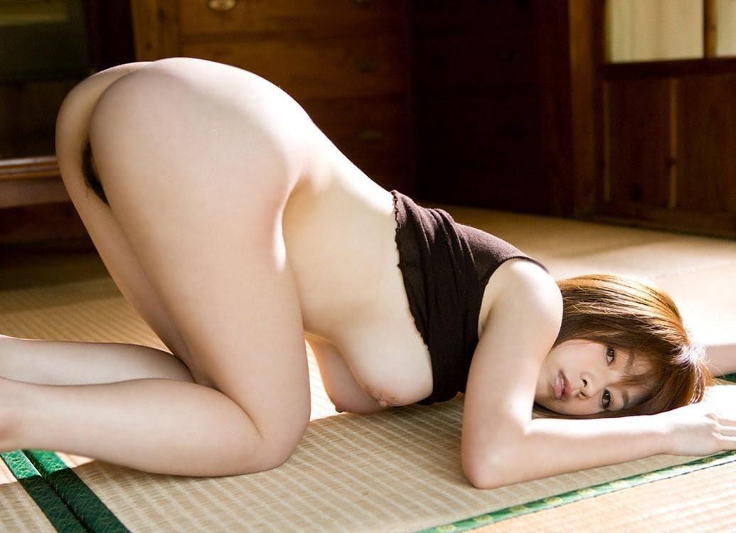 手足をついて美尻を見せつける女の子 (2)