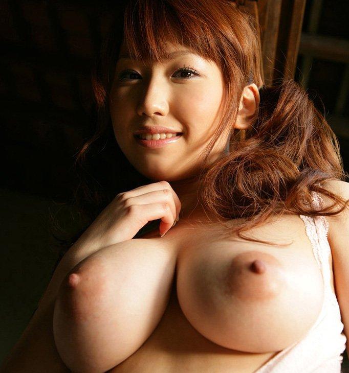 【乳首エロ画像】吸い付いて舐め回したくなるような美乳首