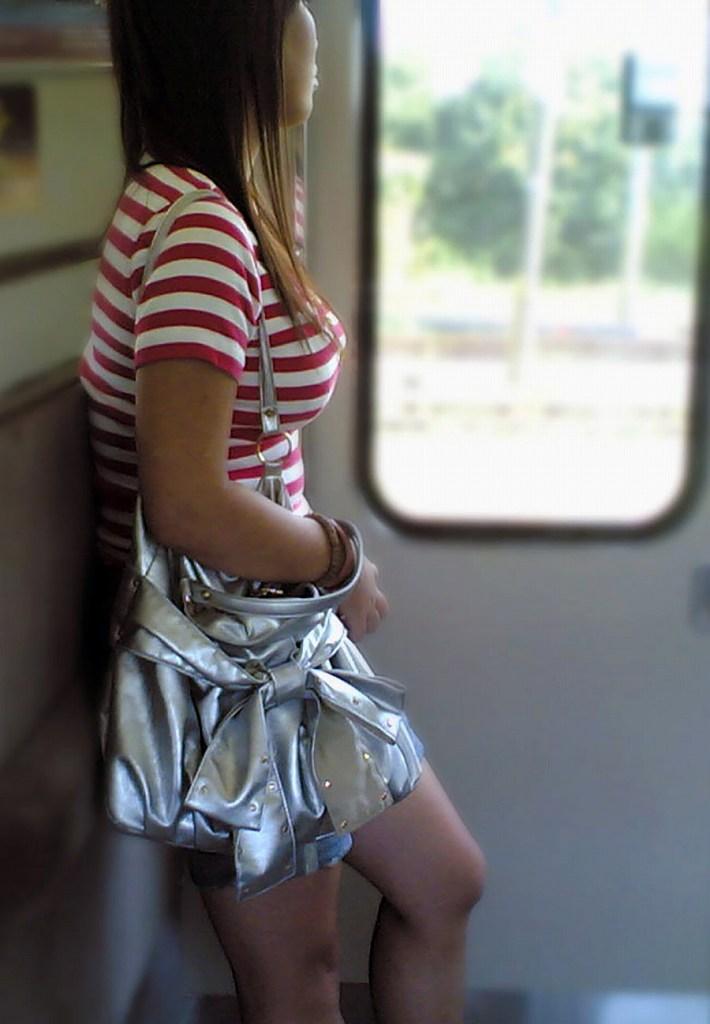 車内で見かけた爆乳女性たち (19)