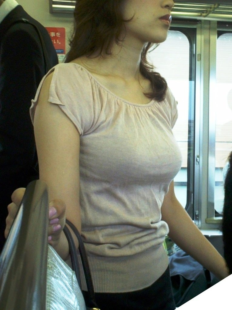 車内で見かけた爆乳女性たち (9)