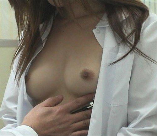 【診察エロ画像】女子の健康診断を覗くと、こんな感じなのね