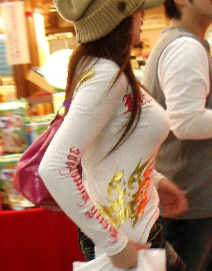 デカい乳房を揺らして歩く素人さん (11)