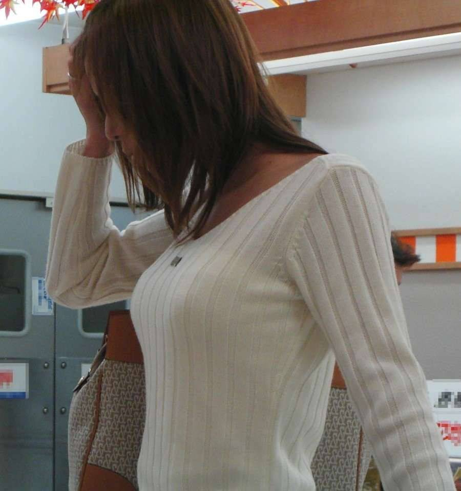 デカい乳房に目を奪われる素人さん (4)