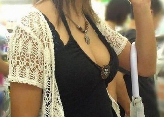 大きな乳房が目立って仕方がない素人の女の子 (7)