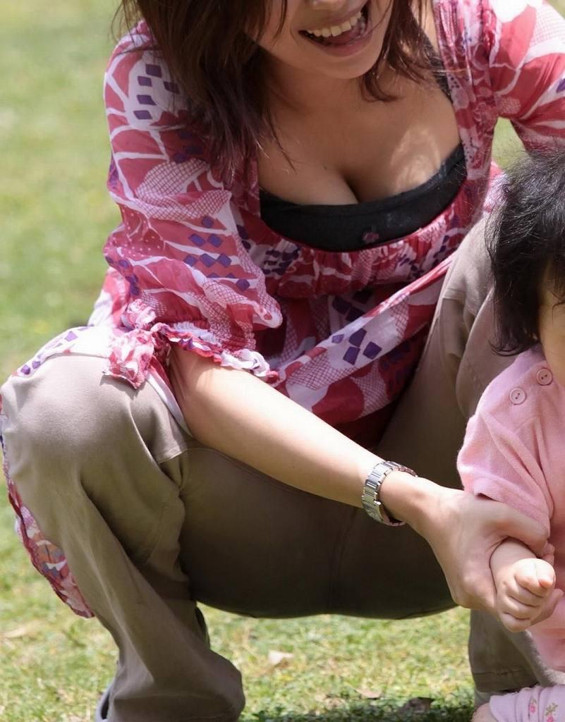 子連れの人妻の巨乳の谷間がチラチラ (18)