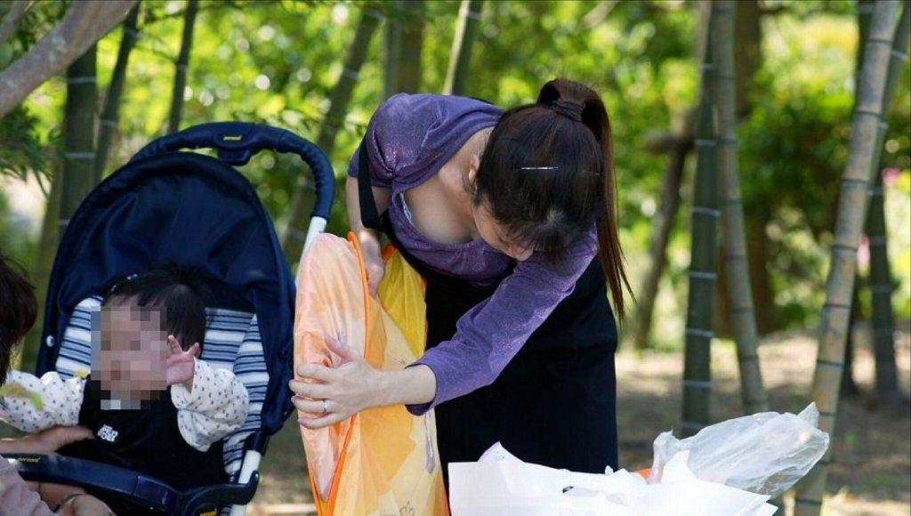 子連れの人妻の巨乳の谷間がチラチラ (15)