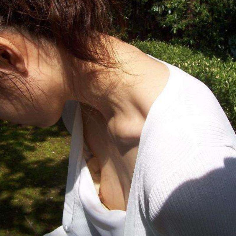 チラッと見えている乳頭を街撮り (1)