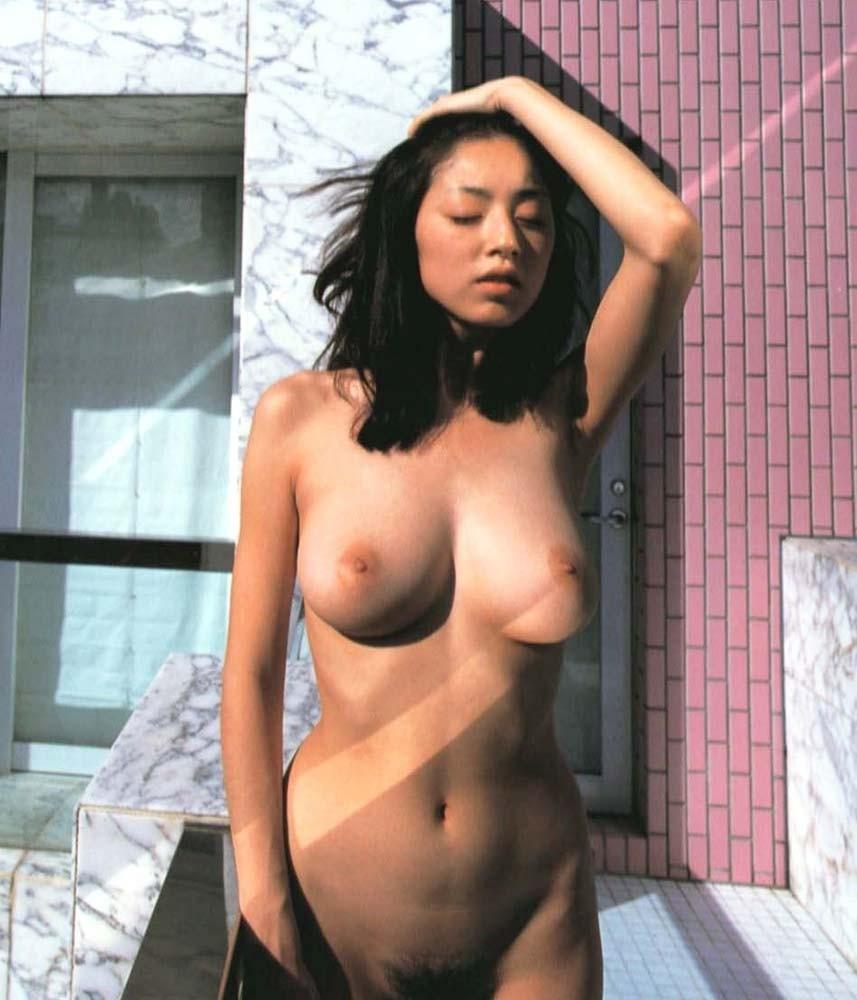 綺麗な芸能人も全裸の写真集を出しちゃう (18)