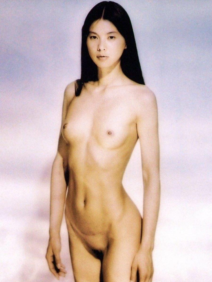 綺麗な芸能人も全裸の写真集を出しちゃう (10)
