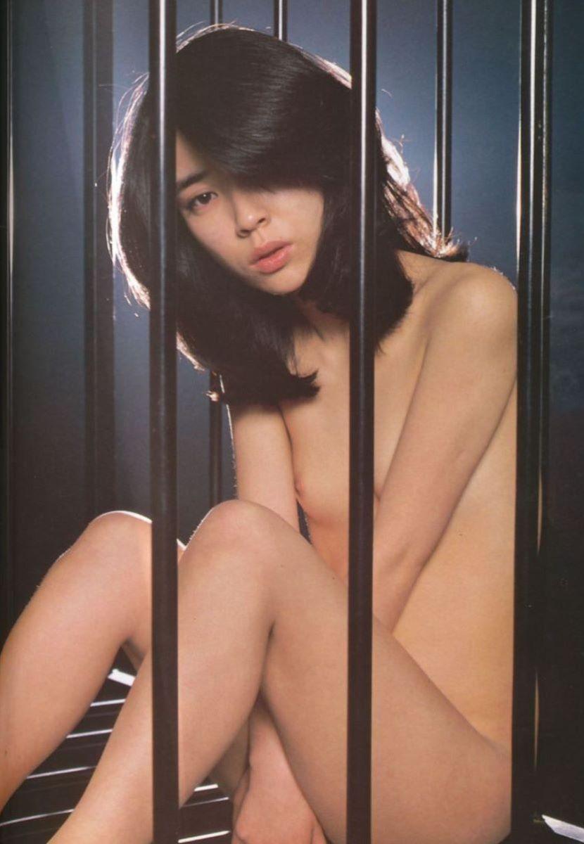 綺麗な芸能人も全裸の写真集を出しちゃう (11)