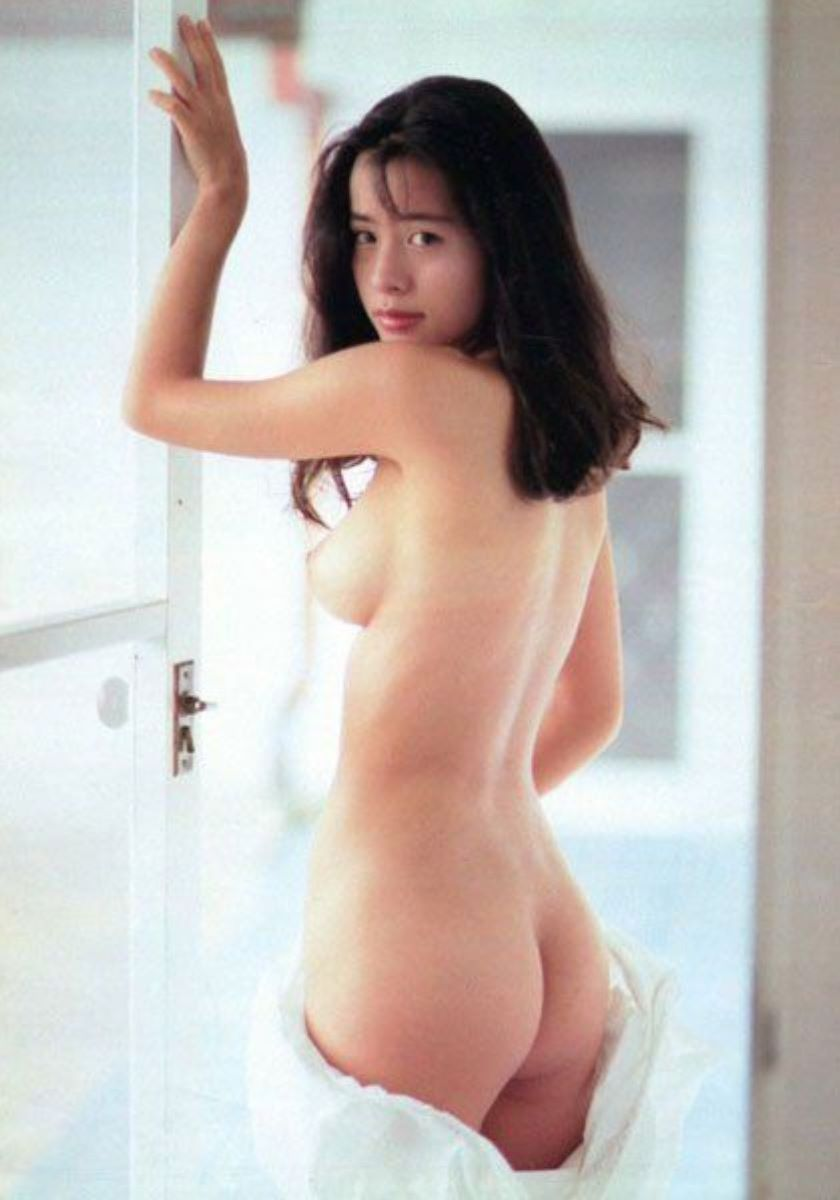綺麗な芸能人も全裸の写真集を出しちゃう (17)