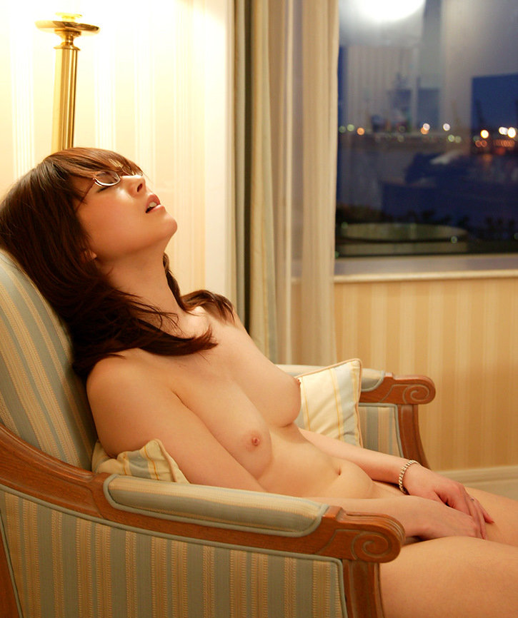 素っ裸でマスターベーションするのが好きな女の子 (4)