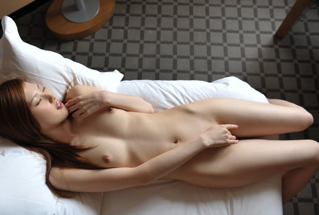 素っ裸でマスターベーションするのが好きな女の子 (7)