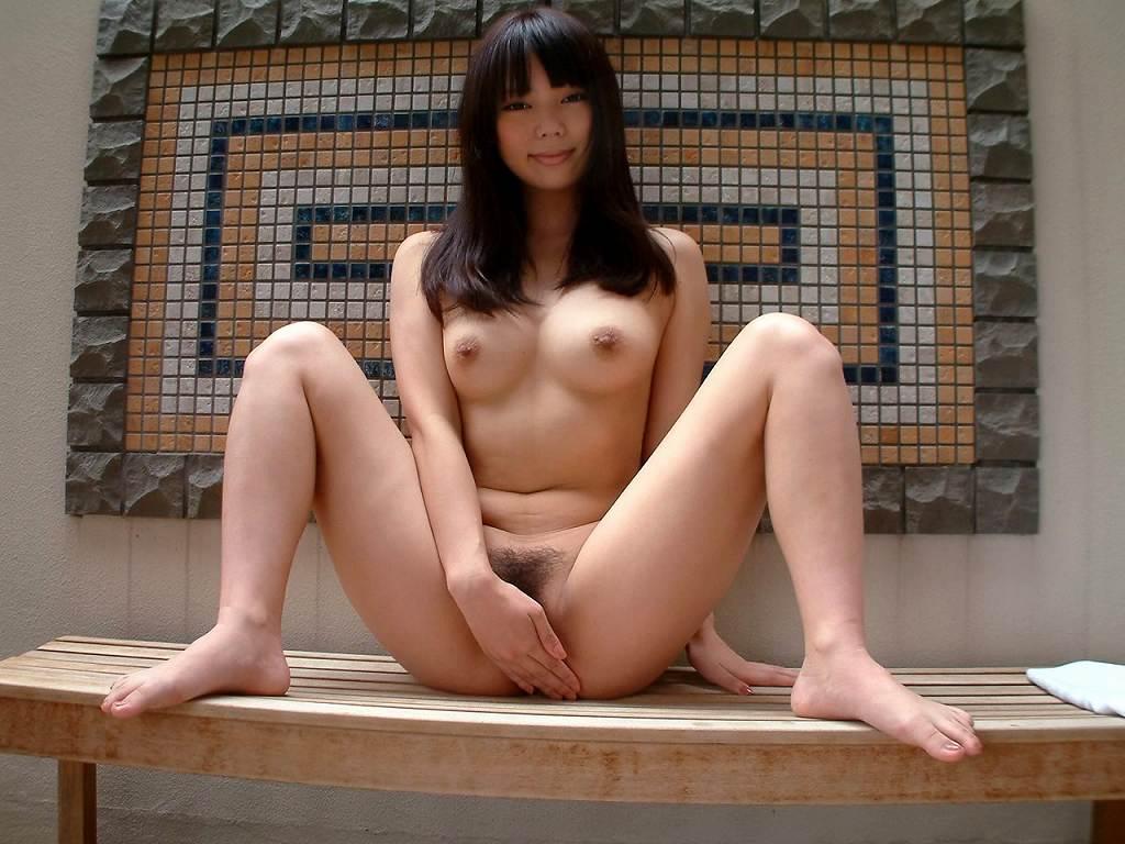 M字開脚で手パンツして、股間だけは死守する女の子 (13)
