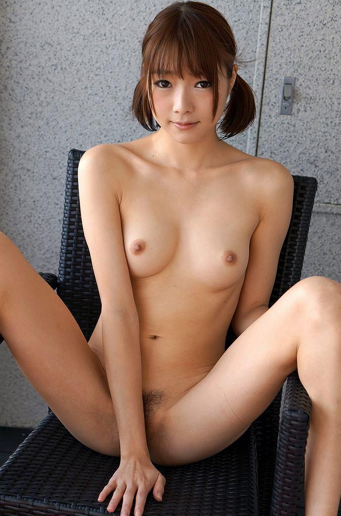 M字開脚で手パンツして、股間だけは死守する女の子 (12)