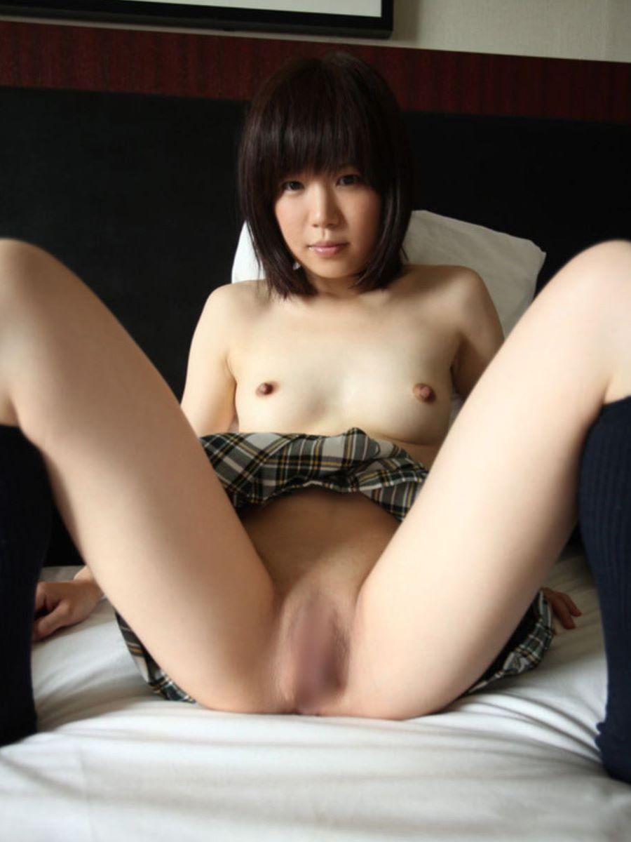 大股開きで股間を丸出しにする女の子 (10)