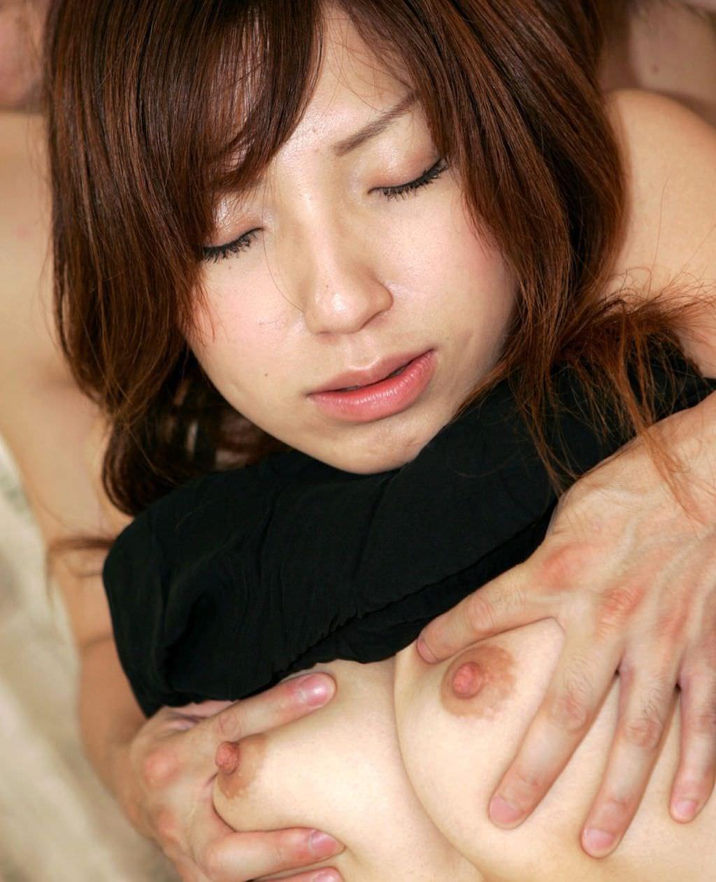 乳房を強く揉まれている女の子 (3)