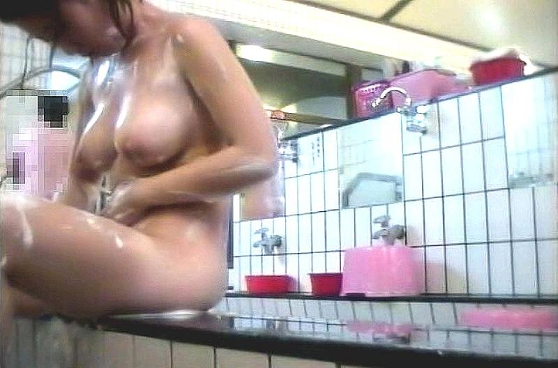 銭湯でシャワーを浴びる女の子 (10)
