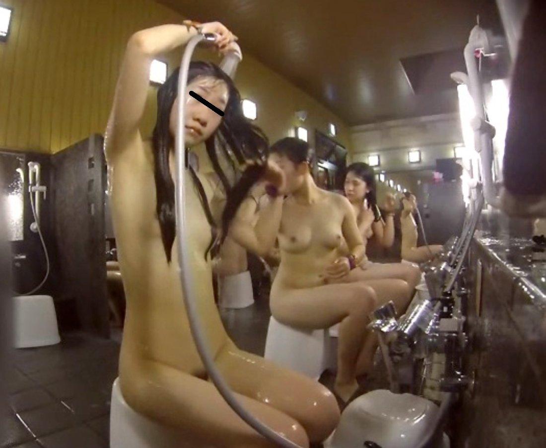 銭湯でシャワーを浴びる女の子 (5)