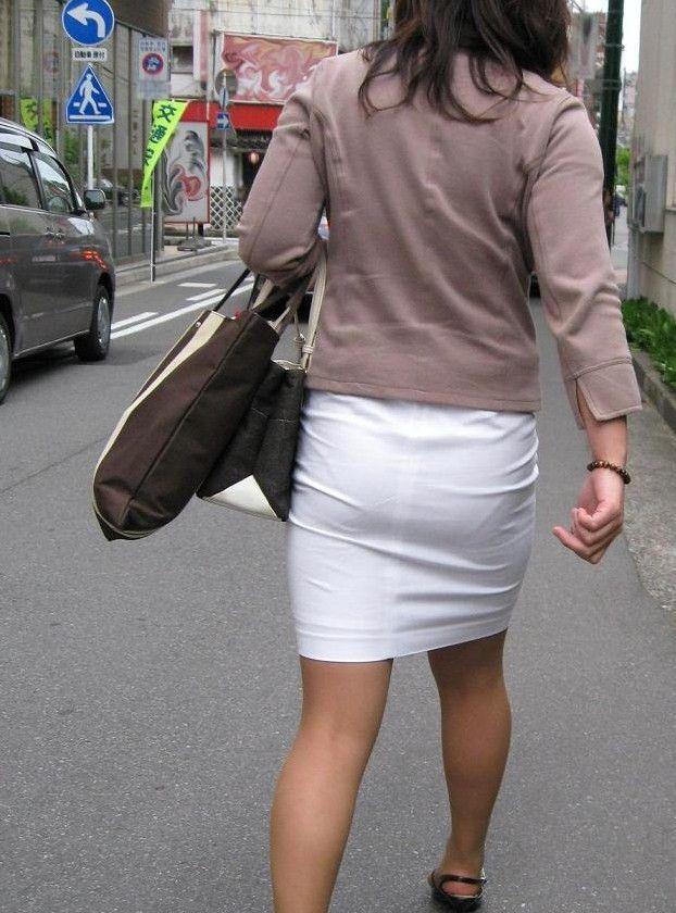 スカートから下着のラインがクッキリ浮き出てる (8)