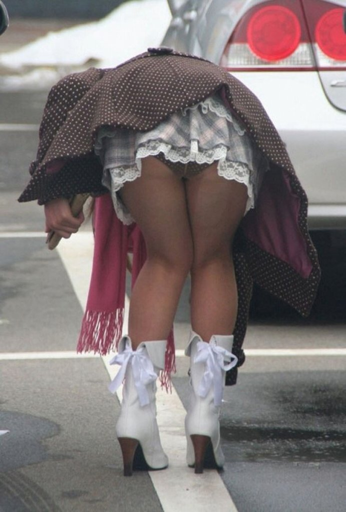 後ろから見ると下着丸出しの素人さんを街撮り (13)