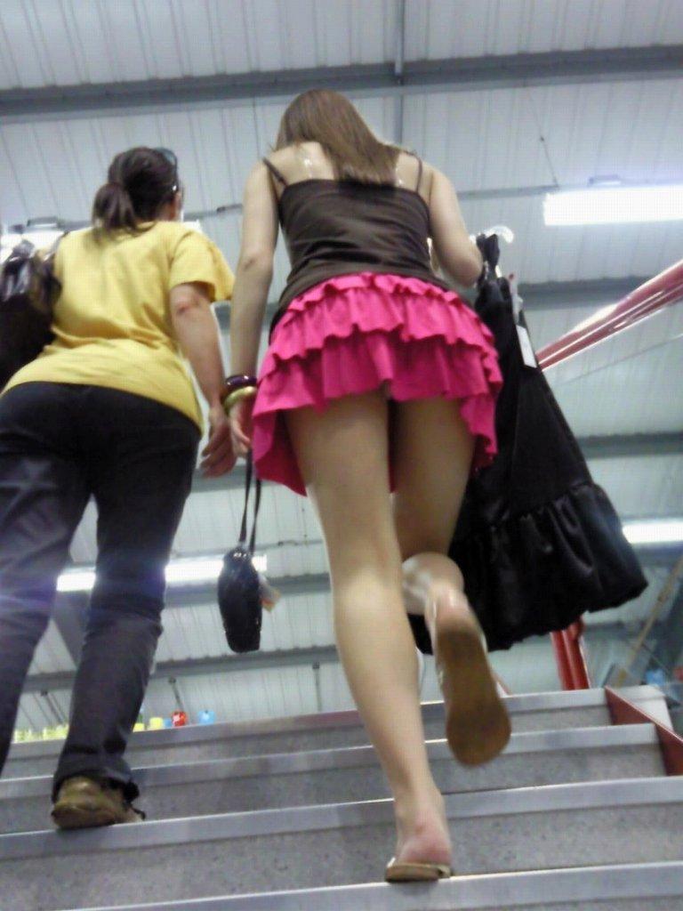 見上げるとスカートの中から下着がチラチラ (14)