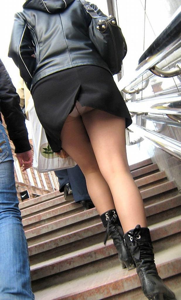 見上げるとスカートの中から下着がチラチラ (10)